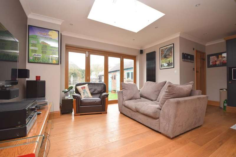 3 Bedrooms Semi Detached House for sale in First Avenue, Chelmsford, CM1 1RX