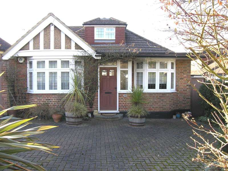 3 Bedrooms Detached Bungalow for sale in Caldecote Gardens, Bushey Heath