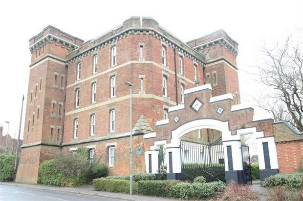 2 Bedrooms Flat for sale in Cardwells Keep, GUILDFORD, Surrey