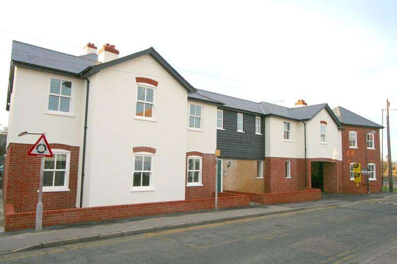 2 Bedrooms Flat for rent in High Street, Benfleet, Benfleet