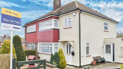 3 Bedrooms Semi Detached House for sale in Foxbury Drive, Chelsfield