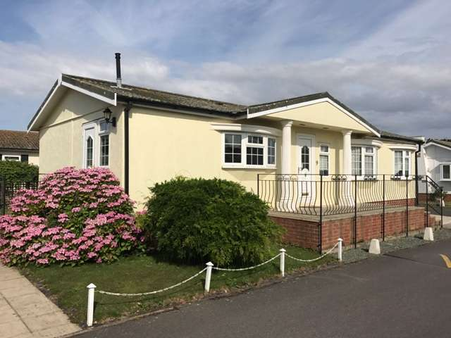 2 Bedrooms Mobile Home for sale in Honeysuckle Drive, Pagham Road, Nyetimber, Bognor Regis, West Sussex. PO21 3PT