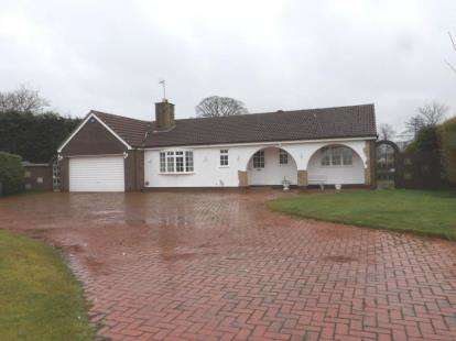 3 Bedrooms Bungalow for sale in Willow Lea, Mollington, Chester, Cheshire, CH1