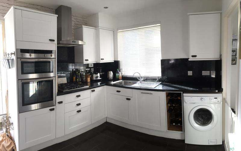 3 Bedrooms Semi Detached House for rent in Turnpike Close, Ringmer, Lewes BN8 5PD