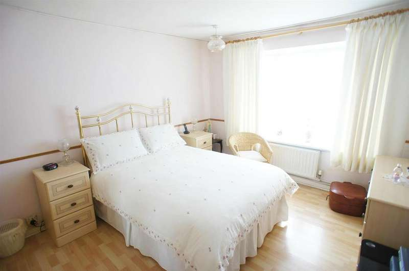 2 Bedrooms Maisonette Flat for sale in Chase Gardens, London
