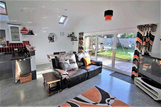 2 Bedrooms Detached Bungalow for sale in Oakmead Road, Point Clear, Clacton on Sea