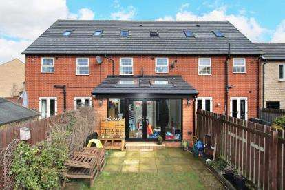 3 Bedrooms Town House for sale in Kingsley Drive, Ravenfield, Rotherham, South Yorkshire