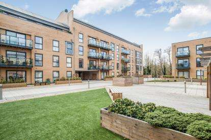 2 Bedrooms Flat for sale in Grover House, The Embankment, Nash Mills Wharf, Hemel Hempstead