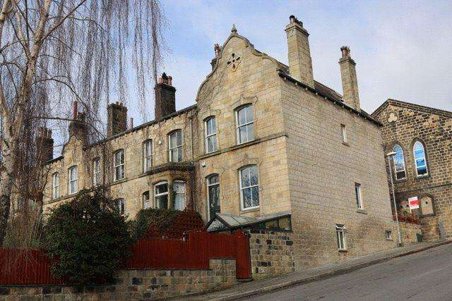 4 Bedrooms Terraced House for sale in Victoria Terrace, Kirkstall, Leeds