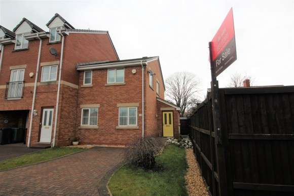 3 Bedrooms End Of Terrace House for sale in Hayling Close, Bury