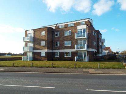 2 Bedrooms Flat for sale in Lyndhurst Road, Clacton On Sea, Essex