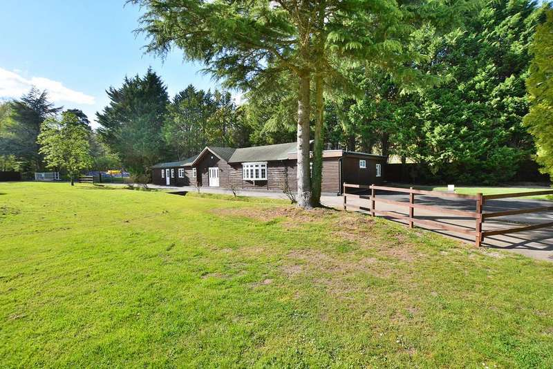 2 Bedrooms Detached Bungalow for sale in Pirbright, Woking