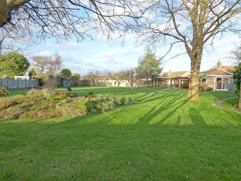 3 Bedrooms Detached Bungalow for sale in Yeomans Acre, Aldwick, Bognor Regis PO21