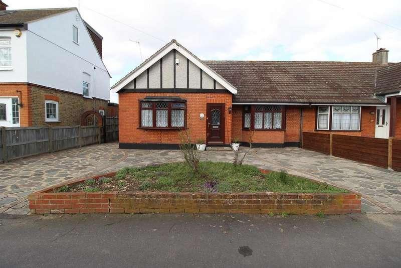 2 Bedrooms Semi Detached Bungalow for sale in Derham Gardens, Upminster, Essex, RM14