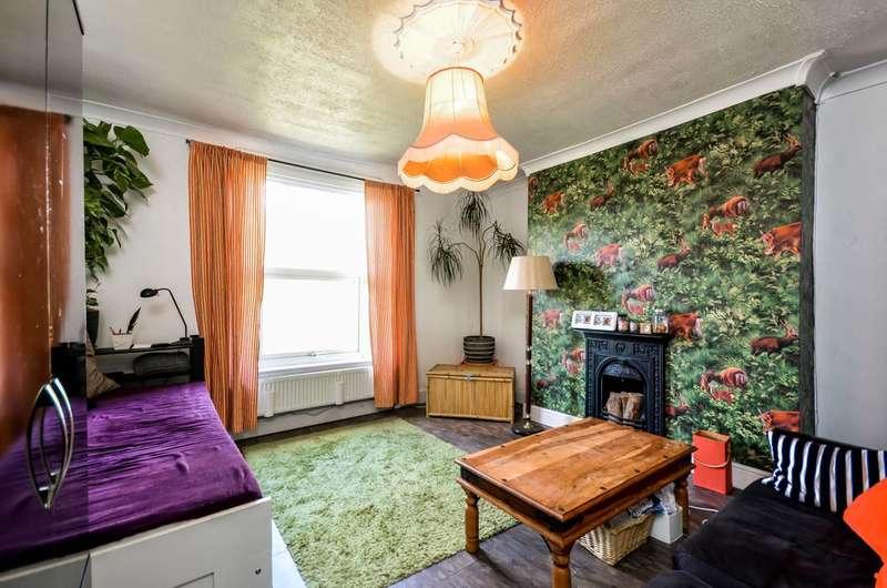 2 Bedrooms Flat for rent in Wellington Gardens, Charlton, SE7