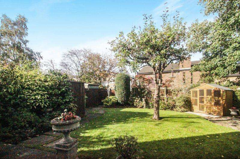 3 Bedrooms Semi Detached House for sale in Westfield, Ashtead