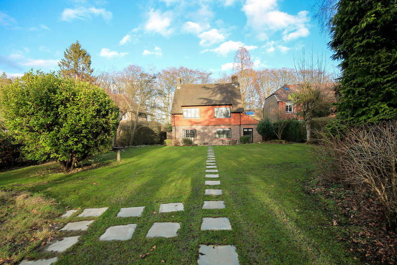 3 Bedrooms Detached House for sale in Coombe Hill Road, East Grinstead
