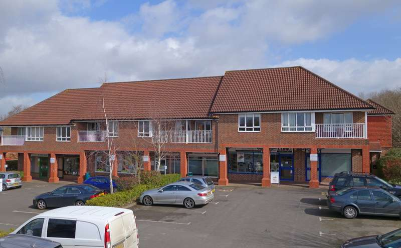 2 Bedrooms Flat for sale in Bartholomew Way, Horsham, West Sussex, RH12