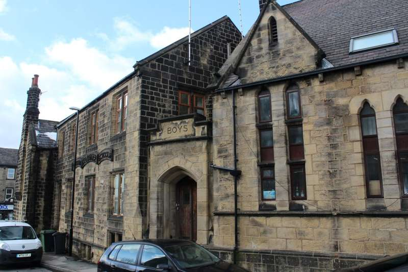 3 Bedrooms Flat for sale in New Street, Farsley, LS28