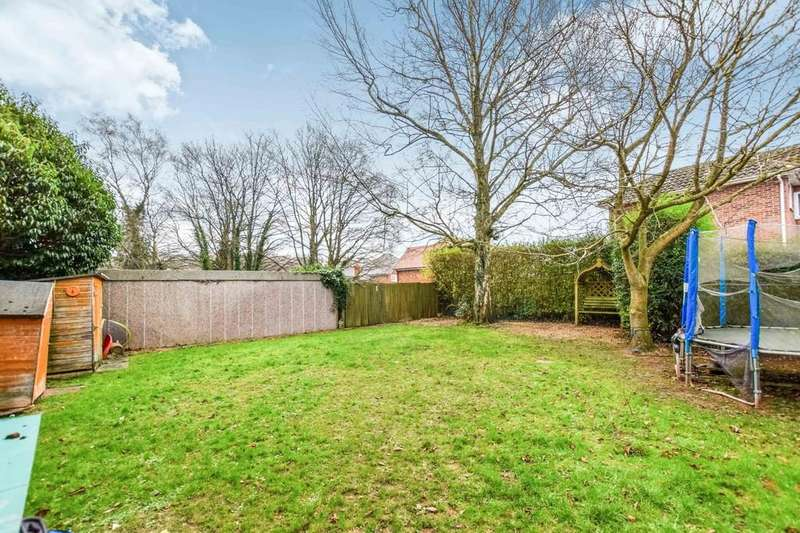 2 Bedrooms Ground Flat for sale in Woodlands Close, Crawley Down