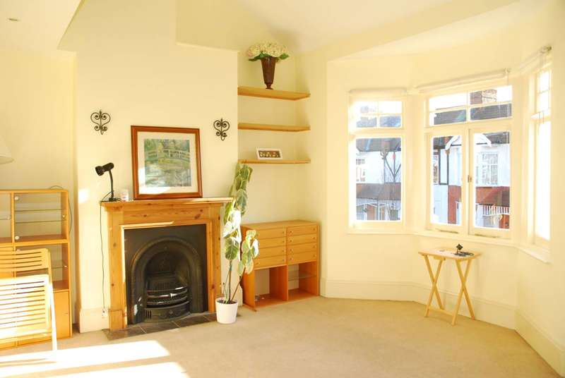 2 Bedrooms Flat for rent in Elthorne Avenue, Ealing, W7