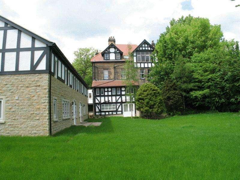 2 Bedrooms Flat for sale in Oakwood Grove, Oakwood, Leeds, LS8 2PA