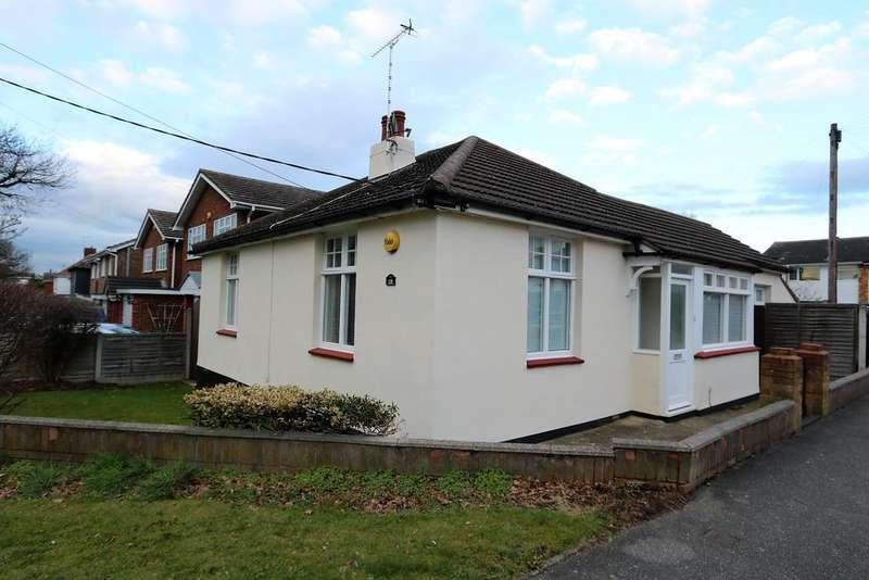 2 Bedrooms Detached Bungalow for sale in Plumberow Avenue, Hockley, Essex