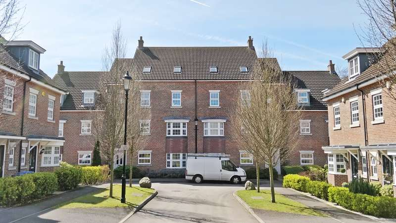 2 Bedrooms Flat for sale in De Soissons Close, Welwyn Garden City, AL8
