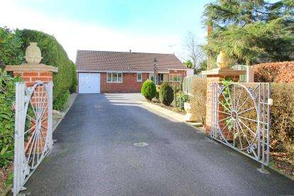 3 Bedrooms Bungalow for sale in Hasland Road, Hasland, Chesterfield, Derbyshire