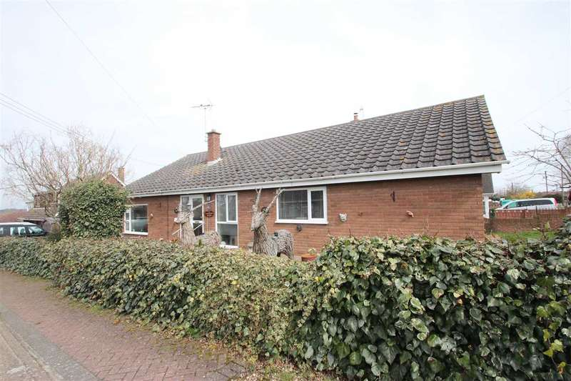 4 Bedrooms Bungalow for sale in Oakmead Road, St. Osyth