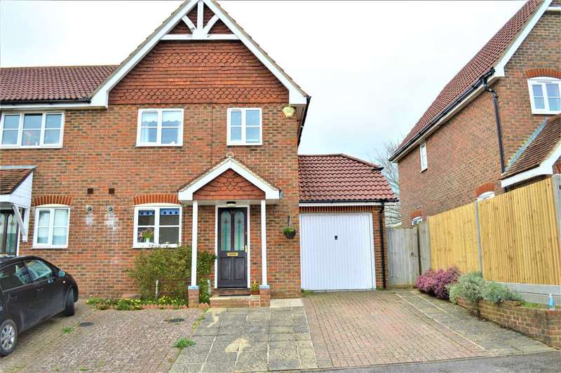 3 Bedrooms Semi Detached House for sale in Lyntons, Pulborough