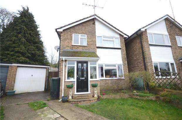 3 Bedrooms Detached House for sale in Hampton Close, Church Crookham, Fleet
