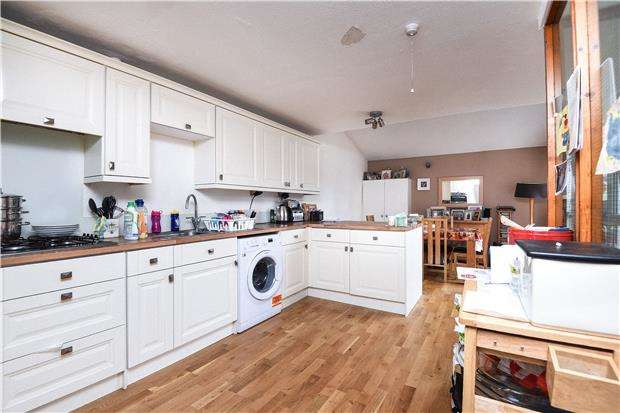 3 Bedrooms Flat for sale in Gladstone House, Sadler Close, MITCHAM, Surrey, CR4
