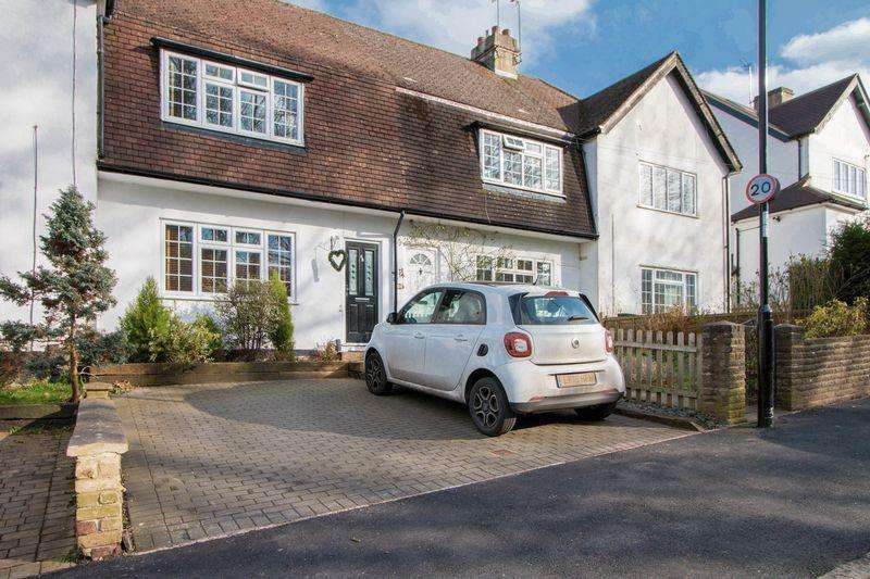 2 Bedrooms House for sale in The Glade, Coulsdon. CR5 1SN