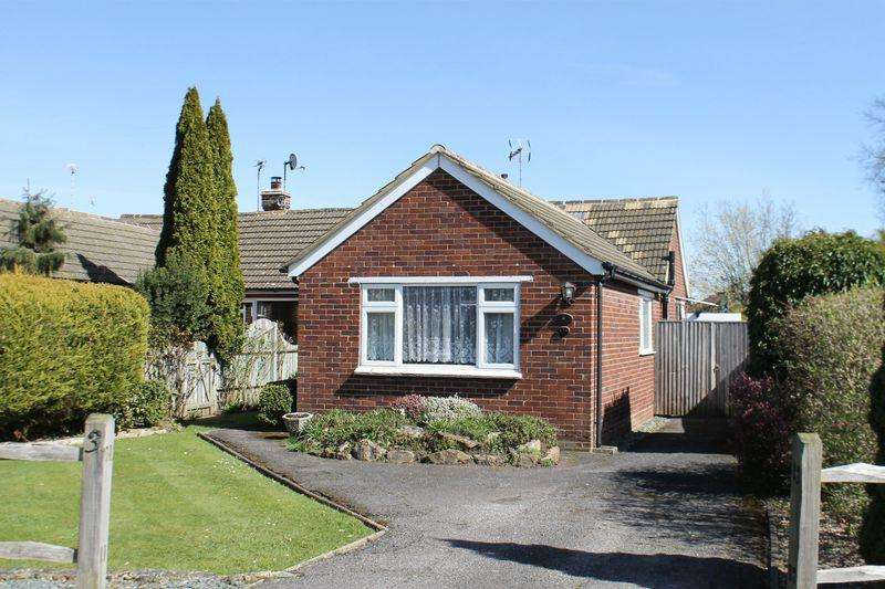 2 Bedrooms Semi Detached Bungalow for sale in Jacobs Well, Guildford