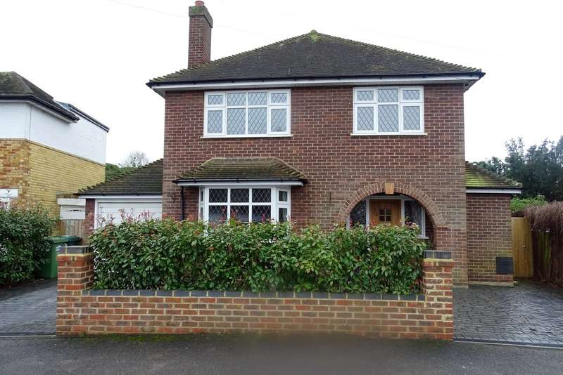 3 Bedrooms Detached House for sale in Echelforde Drive, Ashford, TW15