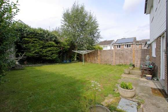 3 Bedrooms Semi Detached House for sale in Springfield Close, Andover