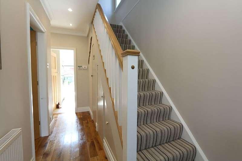 3 Bedrooms Detached House for sale in Coleford Bridge Road, Mytchett, Camberley, Surrey, GU16