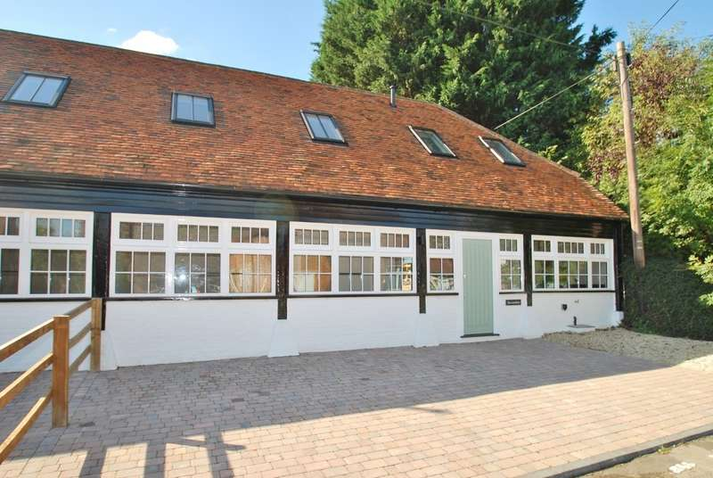 3 Bedrooms Terraced House for rent in Pednor Road, Chesham, HP5
