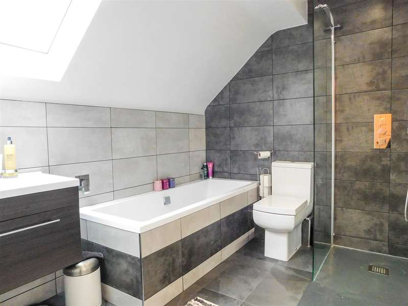 3 Bedrooms Semi Detached House for sale in Hawthorn Square - desirable area of East Ardsley