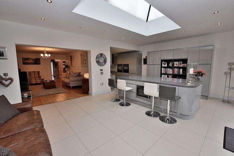 4 Bedrooms Detached House for sale in Friars Walk, Dunstable
