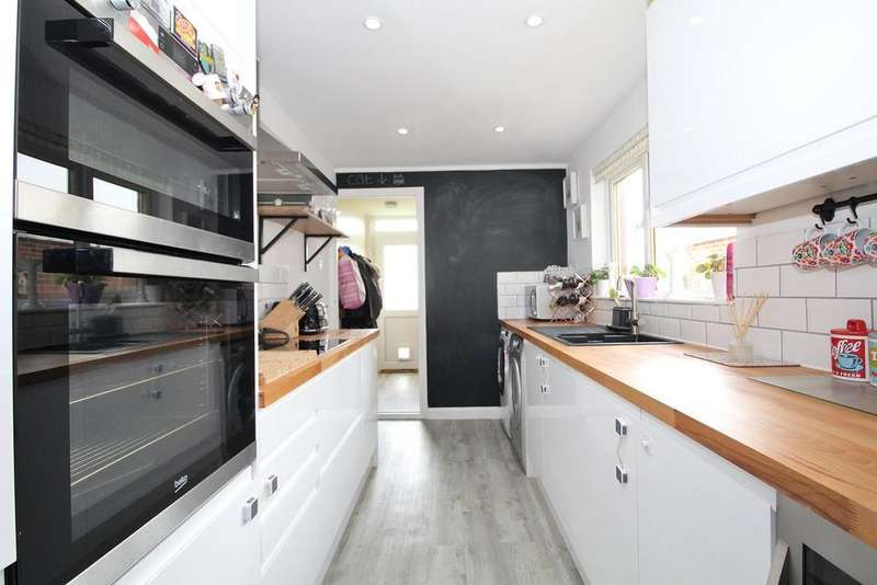 3 Bedrooms Terraced House for sale in St. Michaels Walk, Chelmsford, Essex, CM2