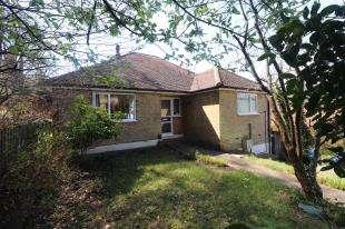 2 Bedrooms Bungalow for sale in Elgin Crescent, Caterham, Surrey, .