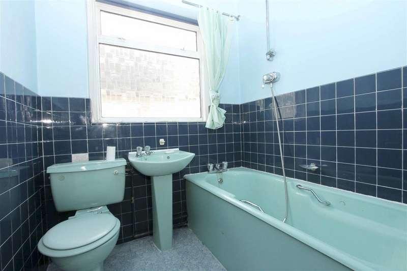 2 Bedrooms Detached Bungalow for sale in Larne Road, Ruislip