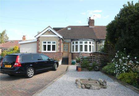 4 Bedrooms Bungalow for sale in Bridle Close, Epsom