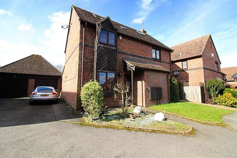 5 Bedrooms Detached House for sale in Faverolle Green, Cheshunt