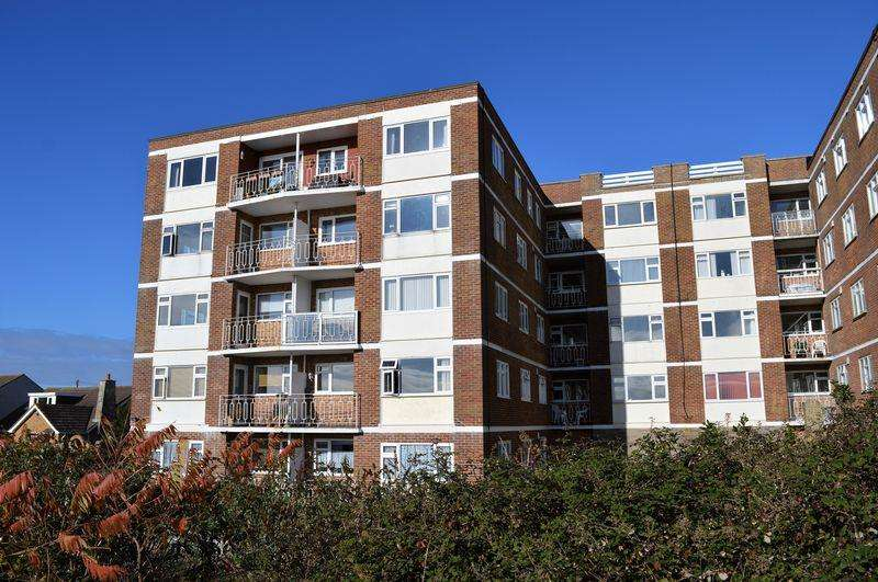 2 Bedrooms Flat for sale in 65 Sea Front, Hayling Island
