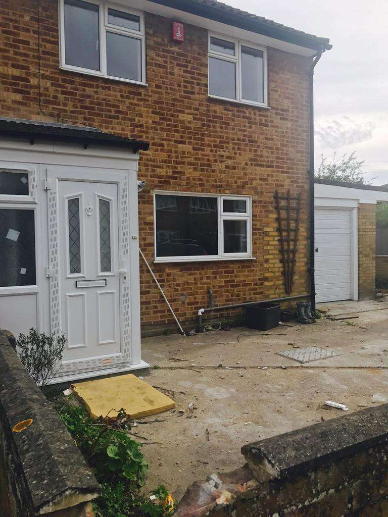 2 Bedrooms Semi Detached House for rent in Cunningham Road, Cheshunt, London EN8