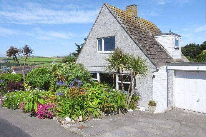 3 Bedrooms Bungalow for sale in 4 Tregunna Close, PORTHLEVEN, TR13