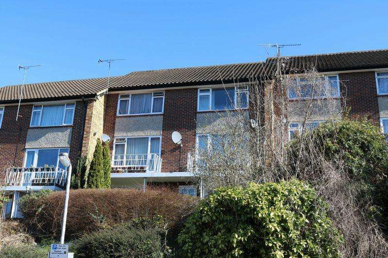 2 Bedrooms Duplex Flat for sale in Rectory Avenue - South Facing Balcony, Garage, Gas Central Heating